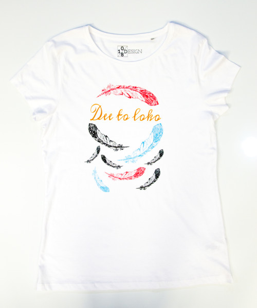 vrouwen t-shirt, womans shirt, native-american, south-american, indiaans, inheems, wit, opdruk, veren, wit, veren, feathers, ronde -hals, print, Dee to loko, ten-eight design, korte mouwen, colour black, round neck, short sleeves, red, blue, black
